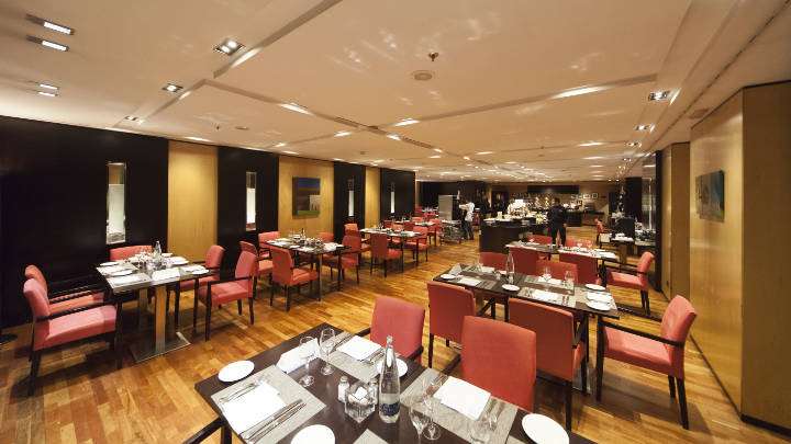 NH-Hotels-Eurobuilding-restaurant-lighting