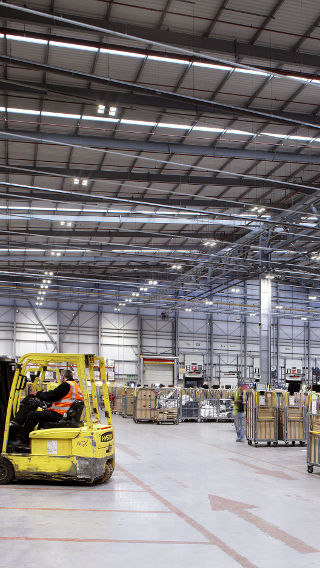 Die Lagerhalle von Royal Mail NDC mit energiesparender LED-Technologie von Philips Lighting